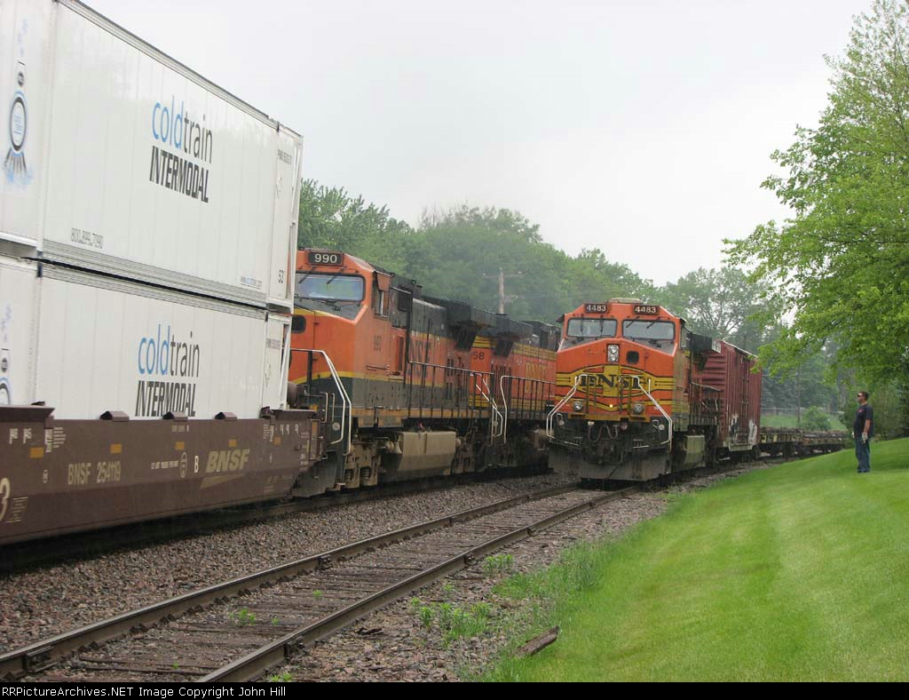 100611012 Westbound BNSF intermodal (Stacks, TOFC, COFC) meets eastbound BNSF Bare Table pipe flatcar train
