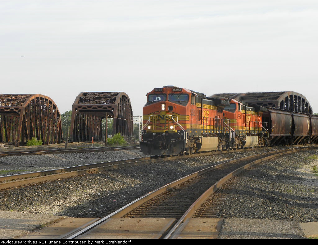 BNSF grain train heads into Barr Yd.